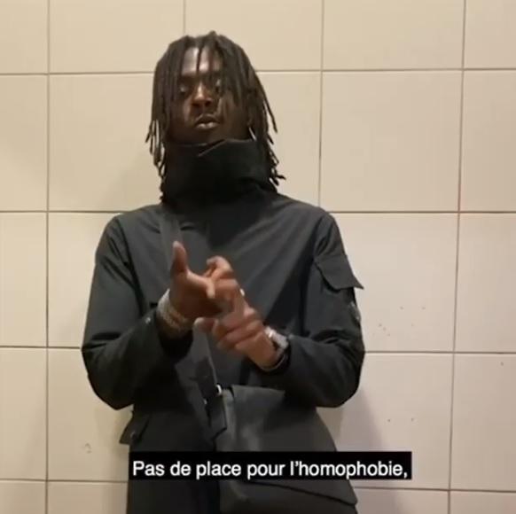 Après son snap qualifié d'homophobe en février 2020, Koba LaD retourne sa veste et publie aujourd'hui une vidéo contre l'homophobie. La plainte de Mousse contre Koba LaD lui a permis de réfléchir un peu ! En février dernier, Koba LaD avait fait parler de lui après avoir tenu des propos interprétés comme homophobes. Il avait en effet partagé sur Snapchat un article d'un père ayant tué son fils parce qu'il était gay. Koba LaD avait alors été déprogrammé de nombreux festivals comme Garorock, Dour, We Love Green, le Main Square Festival. Mousse et Stop Homophobie avaient également porté plainte pour incitation à la haine homophobe. Aujourd'hui, le rappeur s'explique sur ses propos maladroits : « C'est comme la capture, je voulais la partager pour montrer que c'est une dinguerie de tuer son fils parce qu'il était gay. Mais en vrai, j'ai rien à voir avec l'homophobie, je ne suis pas du tout homophobe. » A la question « Que dirais-tu à une personne qui vient d'insulter une autre parce qu'elle est homo ? », Koba LaD répond « Pas de place pour l'homophobie, ni dans mes fans, ni dans la musique, et partout dans le monde. » Mousse espère que le message de Koba LaD contre l'homophobie aura de répercutions positives sur ses fans, et plus largement dans le rap et la musique.